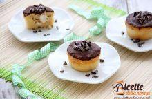 Muffin con crema alla panna e glassa al cioccolato