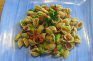 Orecchiette integrali con zucchine, pomodoro e speck