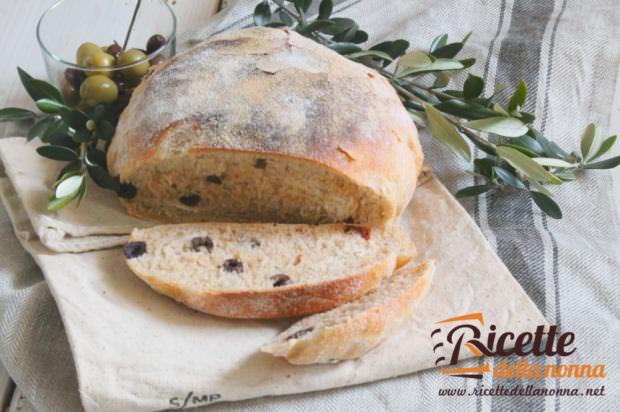 Pane naturale con olive e pomodori secchi