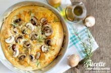 Pizza bianca ai funghi con olio al tartufo ed erbe aromatiche