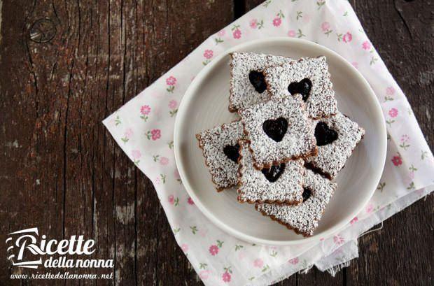 biscotti-al-cacao-e-nocciole-con-marmellata-di-ciliegie