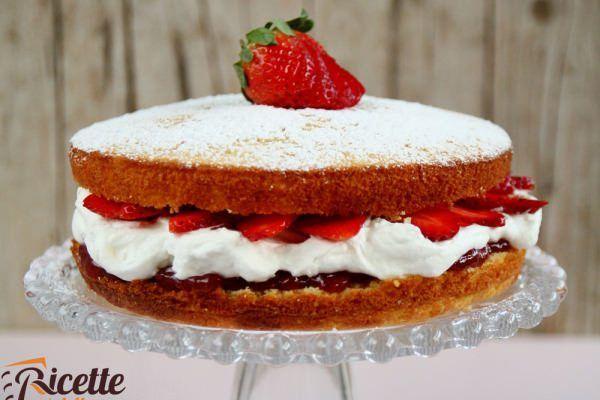 Torta soffice con panna e fragole