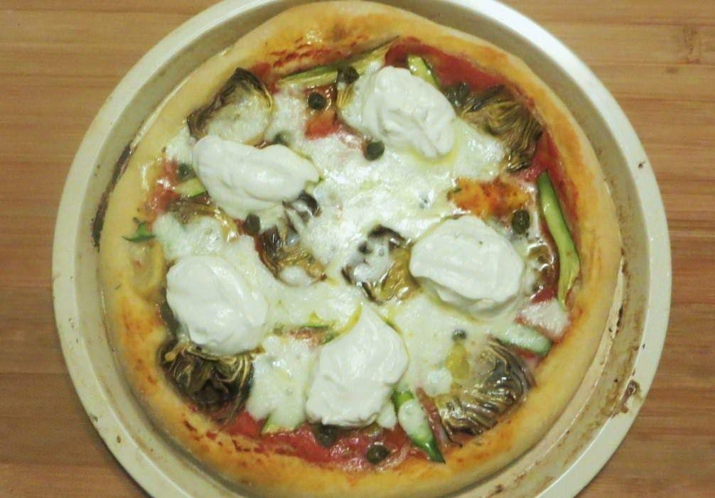 Pizza con carciofi, zucchine e ricotta al limone