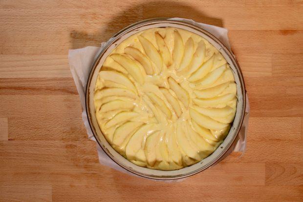 Preparazione della torta con yogurt e mele