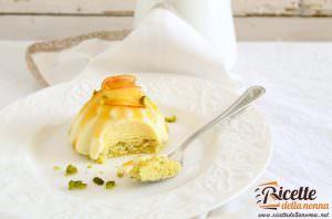 Dacquoise al pistacchio, bavarese al Passito e pesche