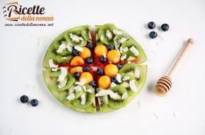 Pizza dessert di anguria con kiwi, pesche e mirtilli