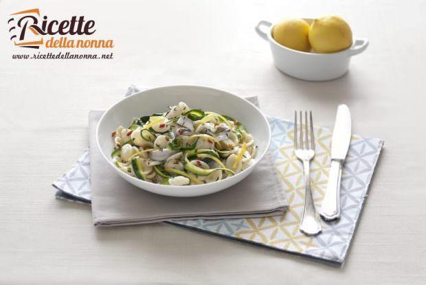Foto orecchiette con nastri di zucchine e alici marinate