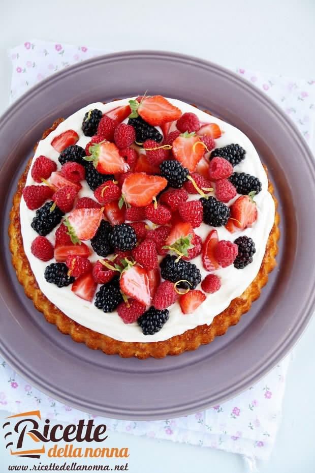 Foto torta allo yogurt con frutti di bosco