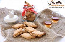 Biscotti morzelletti con nocciole e miele
