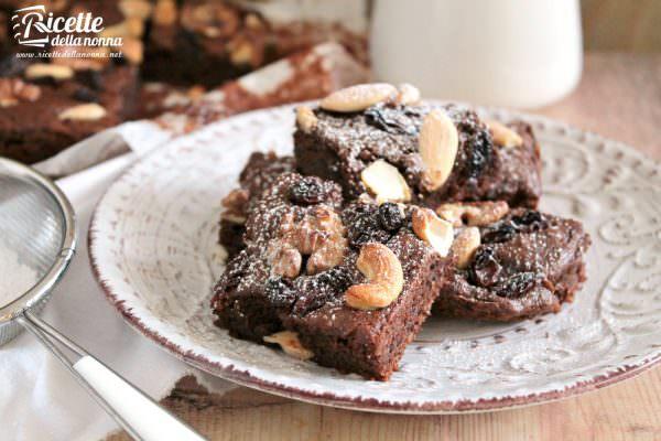 Brownies all'avocado e frutta secca, senza burro o olio