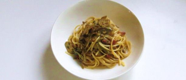Spaghetti con carciofi e pomodori secchi