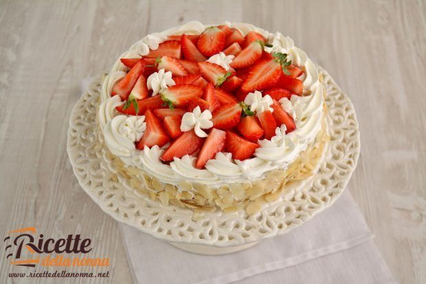 torta-alle-mandorle-e-crema-chantilly