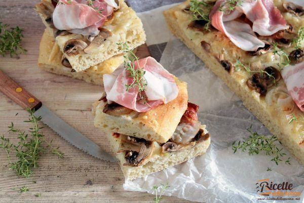 Focaccia sofficissima alle cipolle, funghi e pancetta