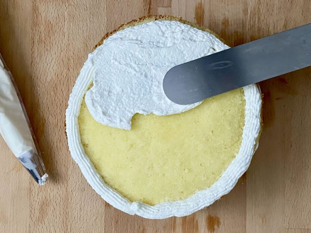 Preparazione torta mimosa