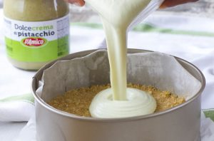 Versa la crema di pistacchio D'Amico